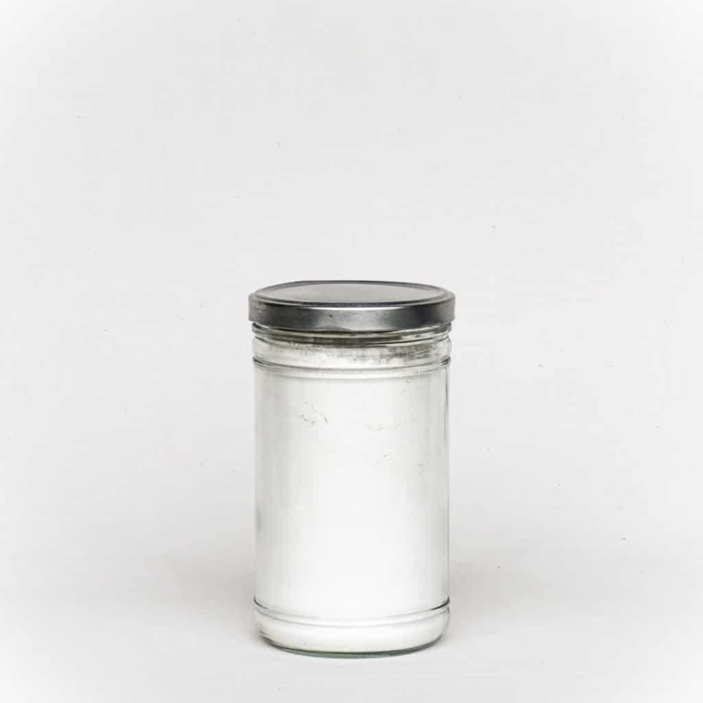 Glas mit weissem Kalkhydrat